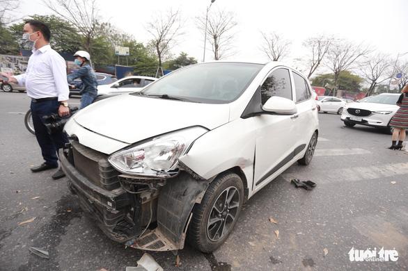 Ôtô lộn nhào, nát đầu sau khi đâm liên tiếp 4 xe khác chiều mùng 5 Tết - Ảnh 4.