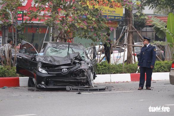 Ôtô lộn nhào, nát đầu sau khi đâm liên tiếp 4 xe khác chiều mùng 5 Tết - Ảnh 6.