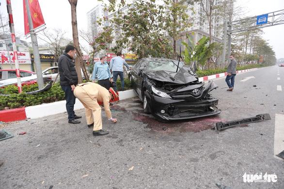 Ôtô lộn nhào, nát đầu sau khi đâm liên tiếp 4 xe khác chiều mùng 5 Tết - Ảnh 7.