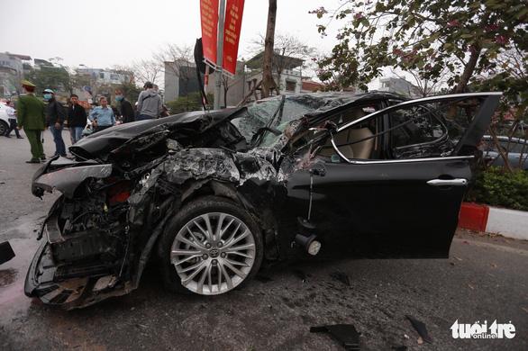 Ôtô lộn nhào, nát đầu sau khi đâm liên tiếp 4 xe khác chiều mùng 5 Tết - Ảnh 1.