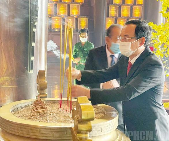 Lãnh đạo TP.HCM dâng hương tại đền tưởng niệm khu lịch sử truyền thống cách mạng - Ảnh 1.