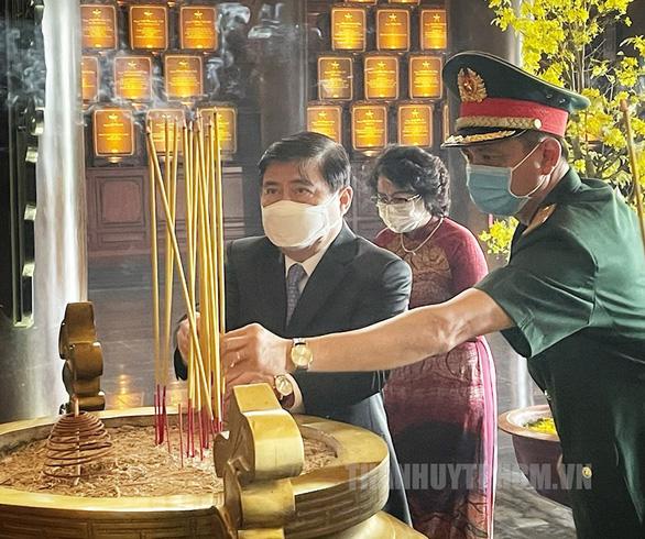 Lãnh đạo TP.HCM dâng hương tại đền tưởng niệm khu lịch sử truyền thống cách mạng - Ảnh 3.