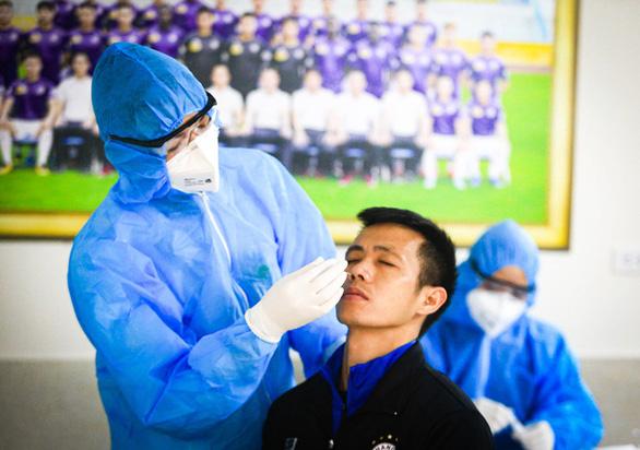 CLB Hà Nội trở lại tập luyện, xét nghiệm COVID-19 cho toàn bộ cầu thủ - Ảnh 1.
