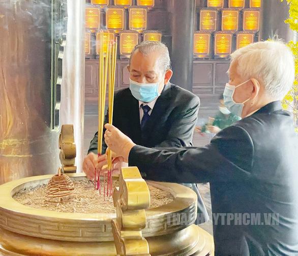 Lãnh đạo TP.HCM dâng hương tại đền tưởng niệm khu lịch sử truyền thống cách mạng - Ảnh 2.