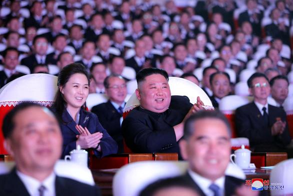 Vợ ông Kim Jong Un xuất hiện sau hơn một năm, bị đồn mang thai - Ảnh 1.