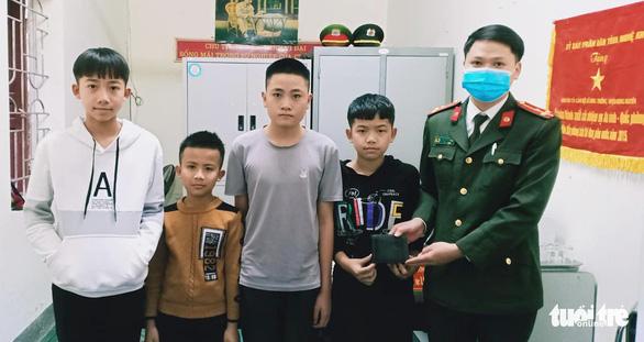 4 nam sinh đến công an xã trả ví cho người đánh rơi chiều tối mùng 5 Tết - Ảnh 1.