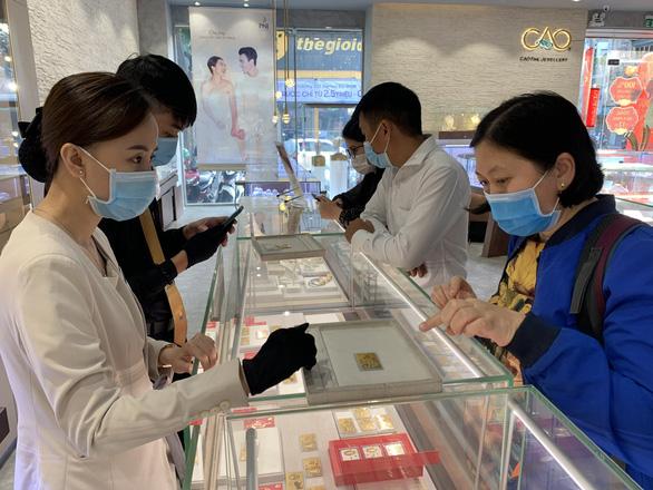 Vì sao giá vàng trong nước đắt hơn thế giới gần 7,3 triệu đồng/lượng? - Ảnh 1.