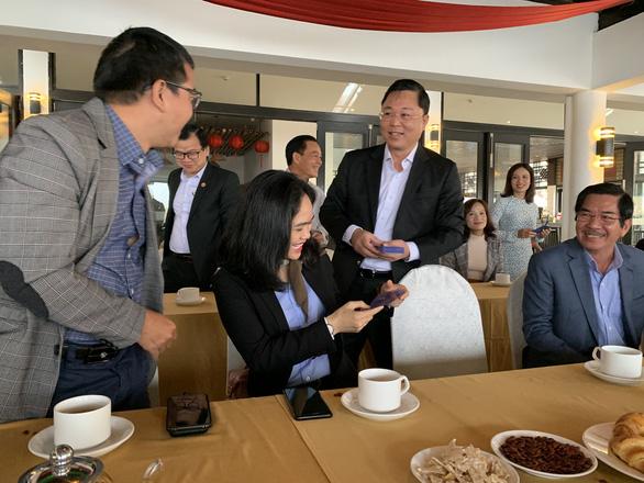 Chủ tịch tỉnh mời doanh nghiệp uống cà phê, lì xì và nghe hiến kế phát triển du lịch - Ảnh 1.