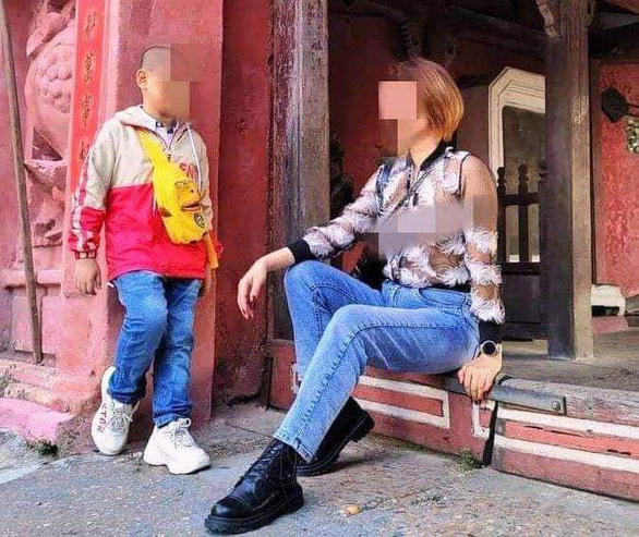 Đang tìm kiếm người phụ nữ ăn mặc phản cảm, đi lông nhông tạo dáng chụp ảnh tại Hội An - Ảnh 1.