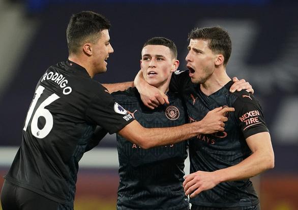 Thắng thuyết phục Everton, Man City bỏ xa Man Utd 10 điểm - Ảnh 1.