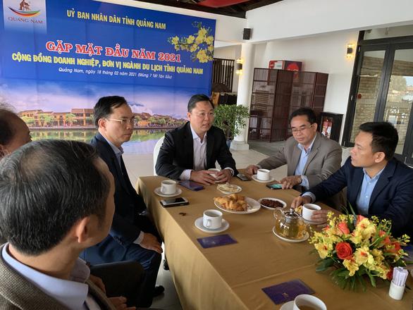 Chủ tịch tỉnh mời doanh nghiệp uống cà phê, lì xì và nghe hiến kế phát triển du lịch - Ảnh 2.