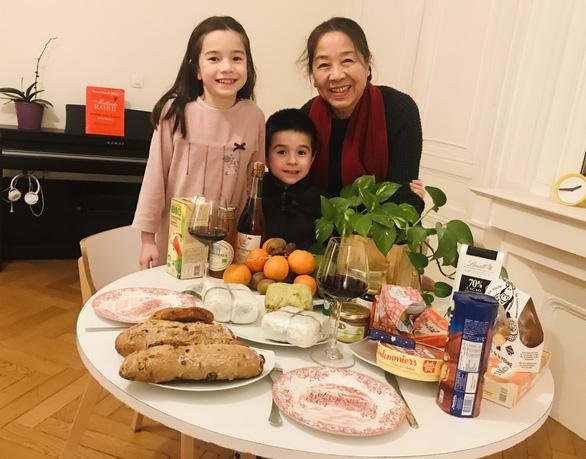Mâm tết Việt ở Pháp nào thiếu thịt ngâm, nem chua, nem rán - Ảnh 1.