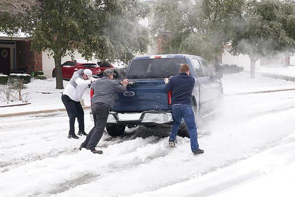 2,7 triệu hộ dân Texas mất điện, 31 người Mỹ chết do bão mùa đông - Ảnh 1.