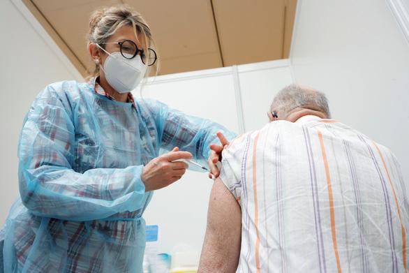 Cơ chế COVAX giúp phân phối vắc xin cho các nước nghèo đón tiền tấn từ G7 - Ảnh 1.