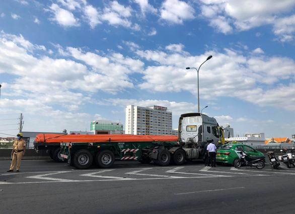 Cầu Phú Mỹ kẹt nhiều giờ do xe tải hỏng và xe container va quẹt taxi - Ảnh 3.