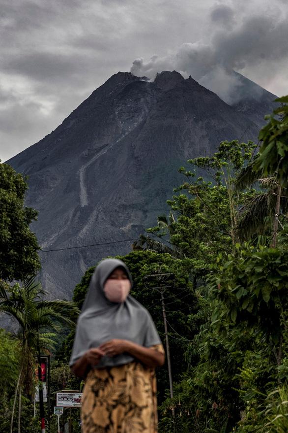 Núi lửa mạnh nhất thế giới phun trào gây hàng trăm trận động đất nhỏ - Ảnh 2.