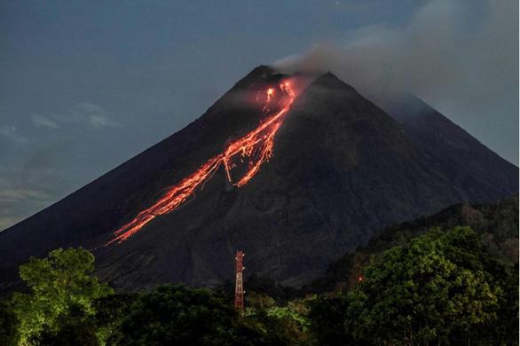 Núi lửa mạnh nhất thế giới phun trào gây hàng trăm trận động đất nhỏ - Ảnh 1.