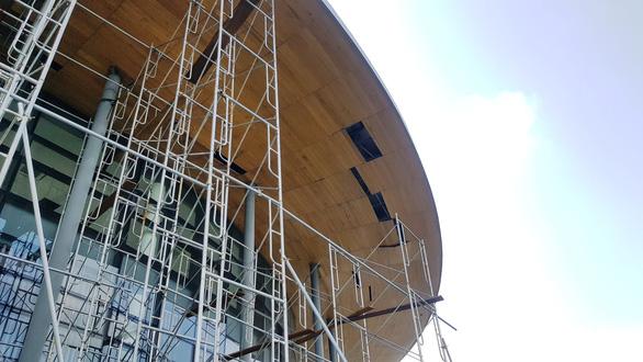 Nhà hát trăm tỉ vừa đưa vào sử dụng, gỗ ép trên mái đã rơi xuống - Ảnh 1.
