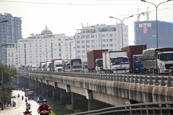 Cầu Phú Mỹ kẹt nhiều giờ do xe tải hỏng và xe container va quẹt taxi - Ảnh 5.