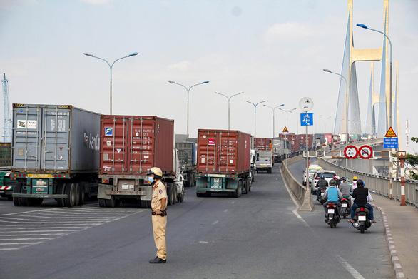 Cầu Phú Mỹ kẹt nhiều giờ do xe tải hỏng và xe container va quẹt taxi - Ảnh 4.