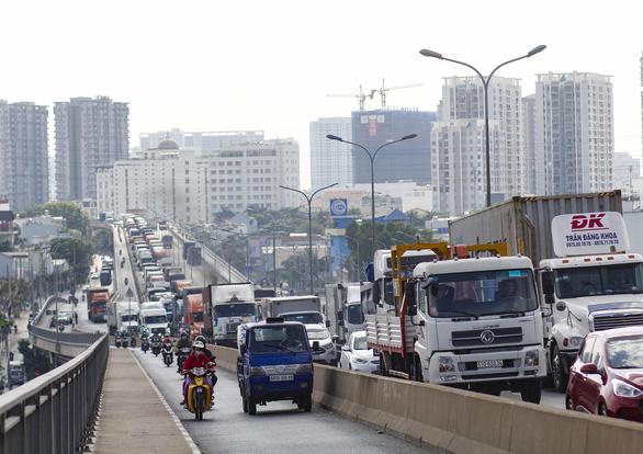 Cầu Phú Mỹ kẹt nhiều giờ do xe tải hỏng và xe container va quẹt taxi - Ảnh 2.