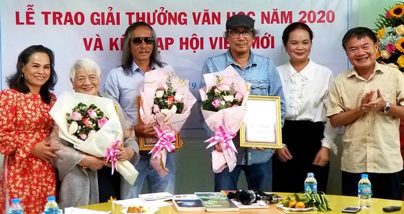 Gánh gánh gồng gồng và Đất K đoạt giải Hội Nhà văn TP.HCM 2020 - Ảnh 1.