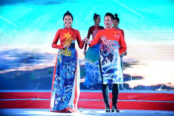 Tết xưa, tết nay Sài Gòn qua áo dài của nhà thiết kế Việt Hùng - Ảnh 3.