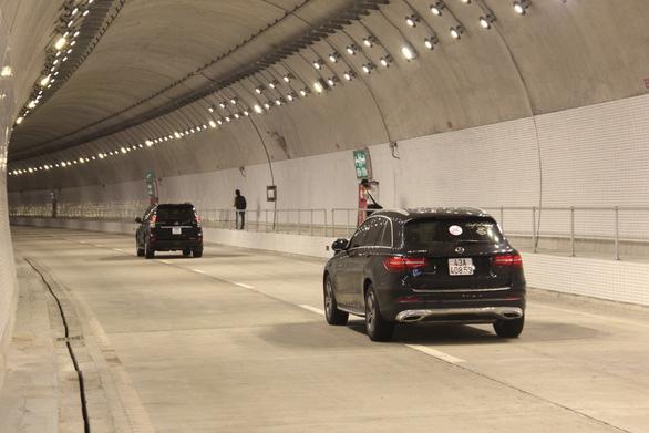 Hầm Hải Vân chính thức lưu thông một chiều trong mỗi đường hầm - Ảnh 1.