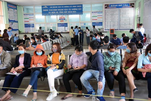 Khách ùn ùn tới các ga tàu đổi trả vé, hoàn tiền sau 3 tháng - Ảnh 5.