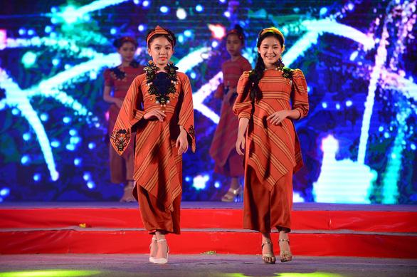 Tết xưa, tết nay Sài Gòn qua áo dài của nhà thiết kế Việt Hùng - Ảnh 8.
