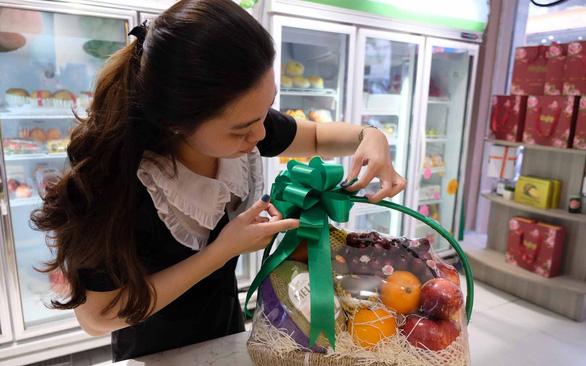 Trái cây ngoại vượt khó về Việt Nam - Ảnh 1.