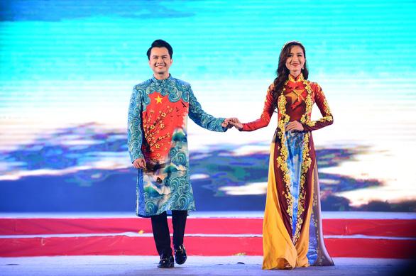 Tết xưa, tết nay Sài Gòn qua áo dài của nhà thiết kế Việt Hùng - Ảnh 4.
