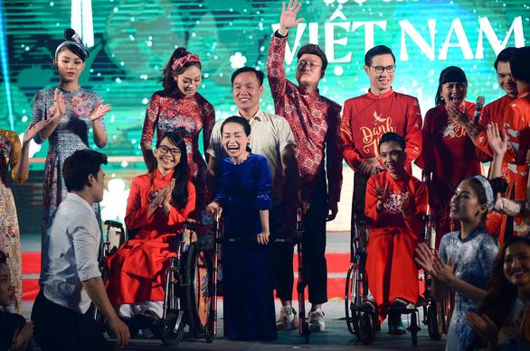 Tết xưa, tết nay Sài Gòn qua áo dài của nhà thiết kế Việt Hùng - Ảnh 9.