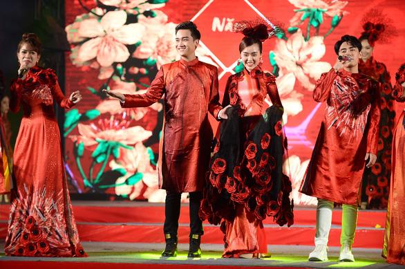 Tết xưa, tết nay Sài Gòn qua áo dài của nhà thiết kế Việt Hùng - Ảnh 2.