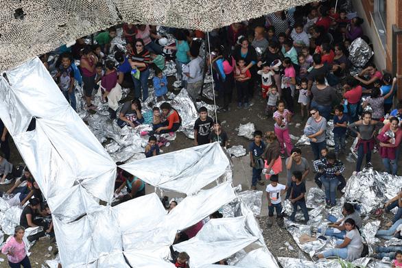 Mỹ cam kết người di cư không giấy tờ cũng được tiêm vắc xin COVID-19 - Ảnh 1.