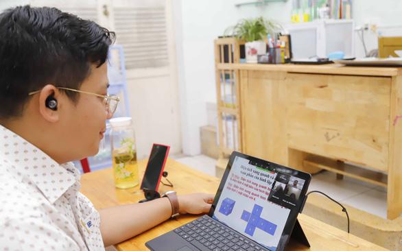 Trẻ tiểu học học trực tuyến, cha mẹ chạy theo hoa cả mắt - Ảnh 2.