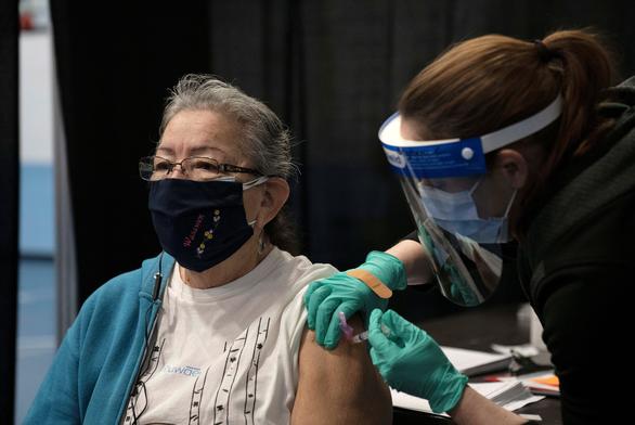 تعداد افراد واکسینه شده در ایالات متحده بیشتر از موارد مثبت COVID-19 است - عکس 1.