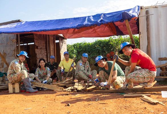 Những bộ bàn học để lại Nam Sudan - Ảnh 1.