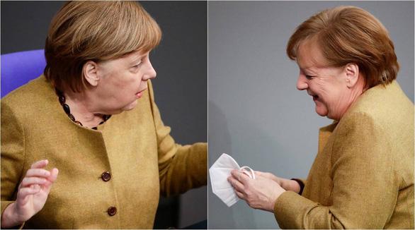 Khoảnh khắc đáng yêu khi bà Merkel hốt hoảng vì quên khẩu trang - Ảnh 2.