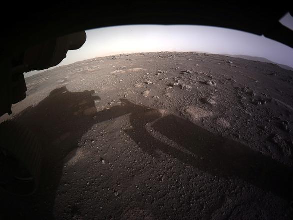 NASA công bố ảnh màu ấn tượng trên sao Hỏa do tàu Perseverance chụp - Ảnh 1.