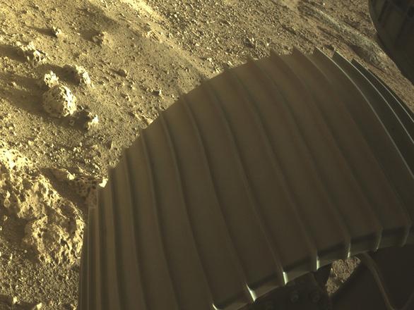 NASA công bố ảnh màu ấn tượng trên sao Hỏa do tàu Perseverance chụp - Ảnh 3.
