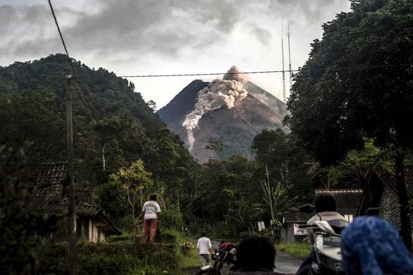 Núi lửa mạnh nhất thế giới phun trào gây hàng trăm trận động đất nhỏ - Ảnh 4.