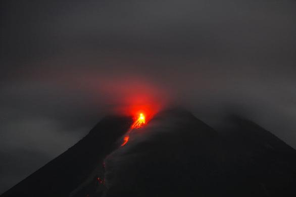 Núi lửa mạnh nhất thế giới phun trào gây hàng trăm trận động đất nhỏ - Ảnh 5.