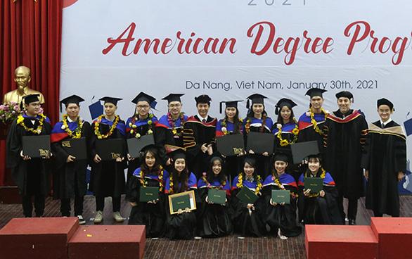 Sinh viên Duy Tân nhận bằng của các đại học Mỹ qua du học tại chỗ - Ảnh 3.
