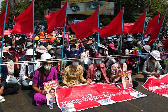 Thêm 2 người chết trong cuộc biểu tình phản đối đảo chính ở Myanmar - Ảnh 2.