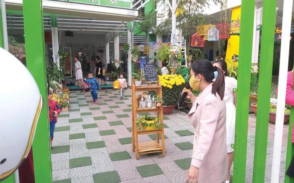 Học sinh hơn 30 tỉnh thành trở lại trường: Dùng loa gọi học sinh khi cha mẹ đón - Ảnh 3.