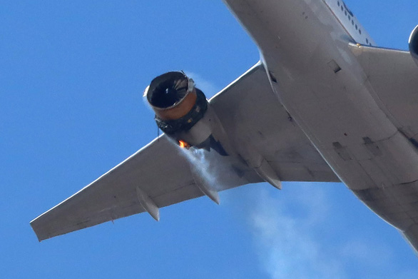 Máy bay Boeing 777-200 mất gần hết vỏ động cơ vẫn hạ cánh an toàn tại Mỹ - Ảnh 1.