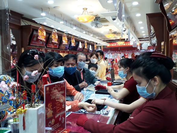 Bất chấp COVID-19, khách chen chân mua vàng cầu may ngày vía Thần Tài - Ảnh 1.