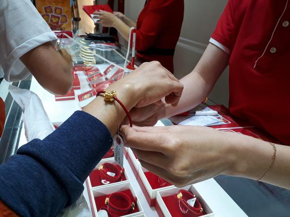 Bất chấp COVID-19, khách chen chân mua vàng cầu may ngày vía Thần Tài - Ảnh 2.