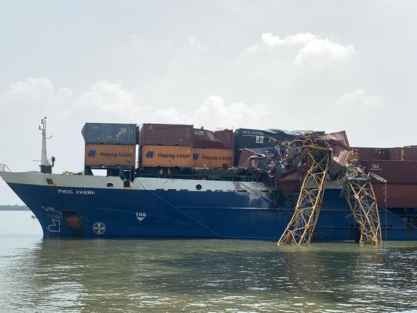 Tàu 8.000 tấn chết máy, đâm gãy ngang cẩu thi công cầu Phước Khánh - Ảnh 1.